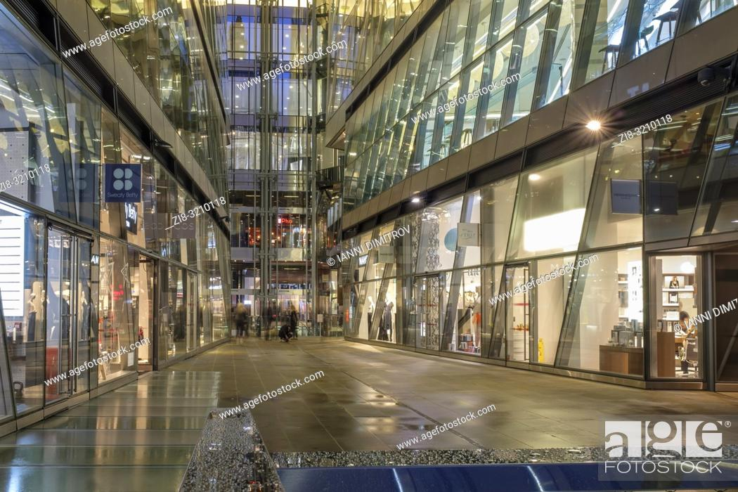 Imagen: UK, London, EC4 M-high-end retail stores and restaurants at One New Change shopping Complex.