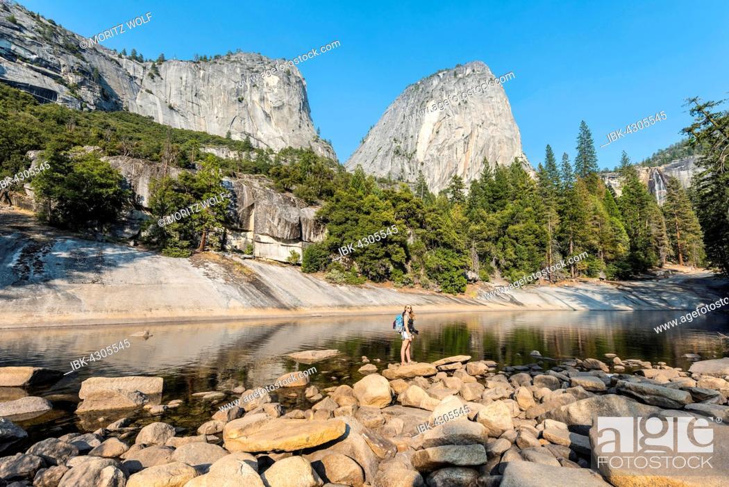 Imagen: Hiker on the Merced River, Liberty Cap, Mist Trail, Yosemite National Park, California, USA, North America.