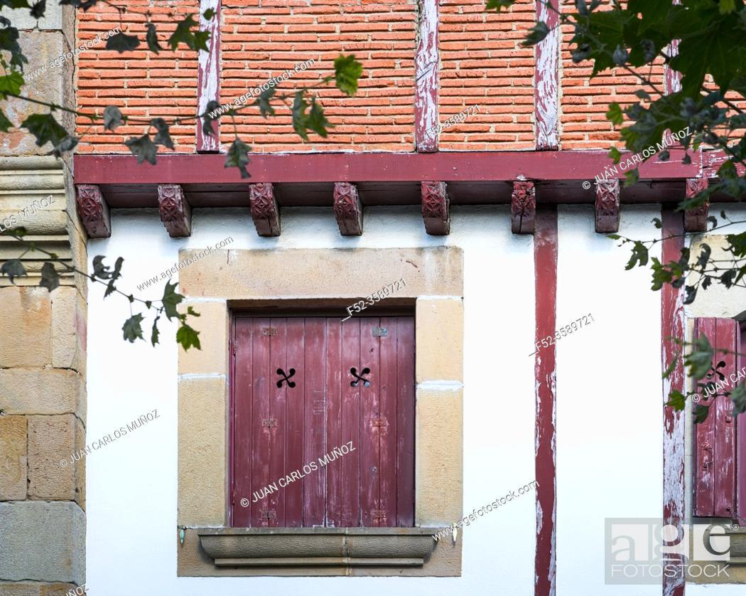 Imagen: Traditional Basque architecture, Historic quarter, Hondarribia town, Txingudi bay, Jaizkibel Mountain range, Gipuzkoa province, Basque Country, Spain, Europe.