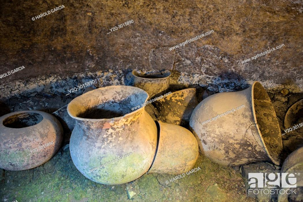 Imagen: Grave urns in underground tomb in Tierradentro National archeological park. Department of Cauca, Colombia.