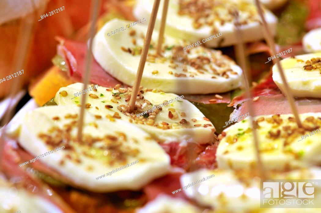 Imagen: Pintxos or Tapas. Food very Typical in the Basque country. San Sebastián (Donostia), Gipuzkoa, Basque Country, Spain.