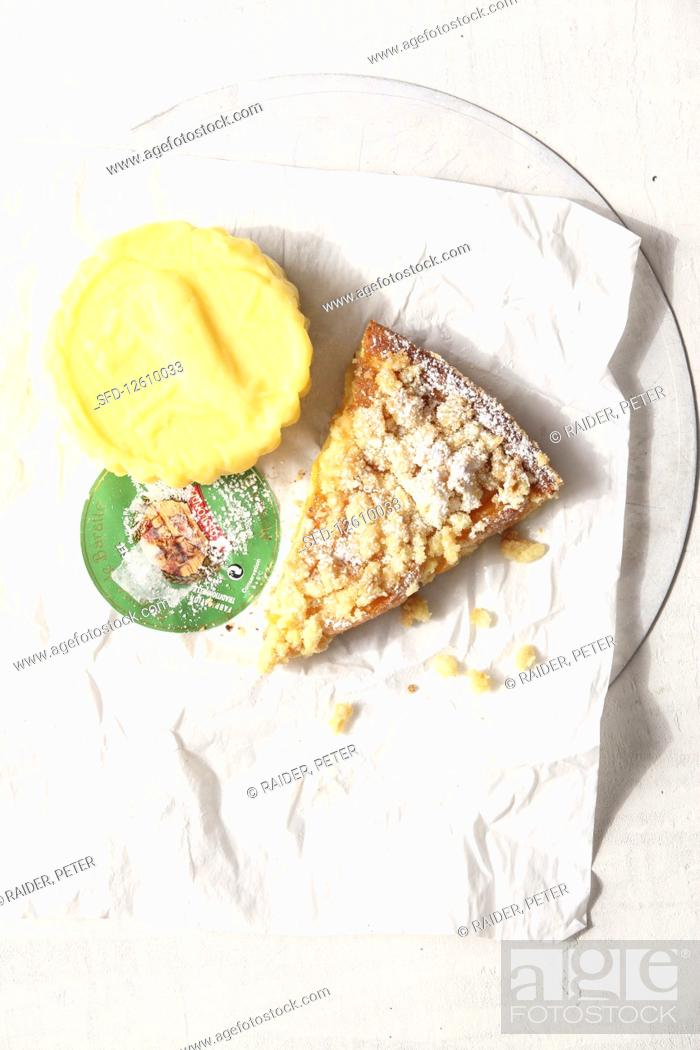 Photo de stock: A piece of Breton apricot cake with streusel.
