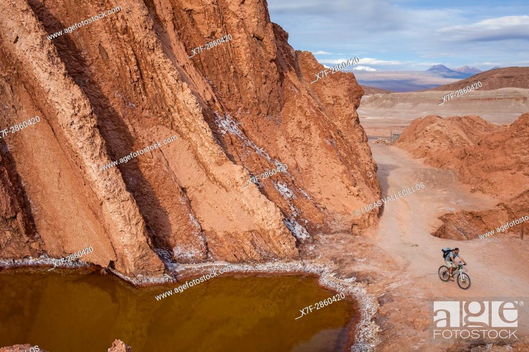 Imagen: Cyclist, in Valle de la Muerte (Valley of the Death), Atacama desert. Region de Antofagasta. Chile.