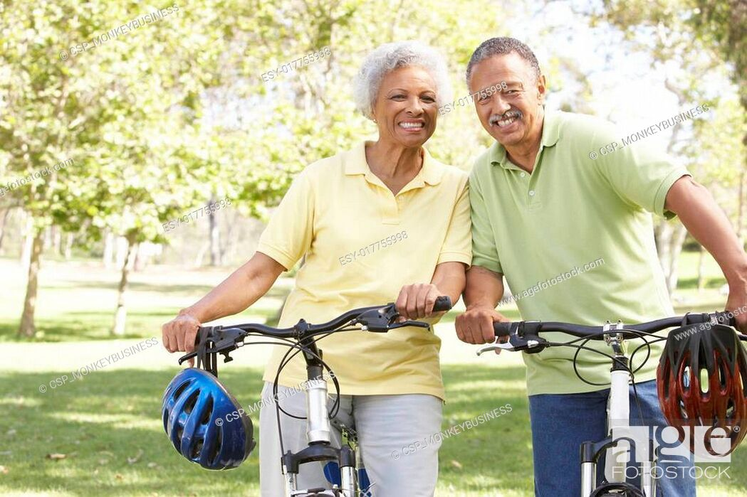 Imagen: Senior Couple Riding Bikes In Park.