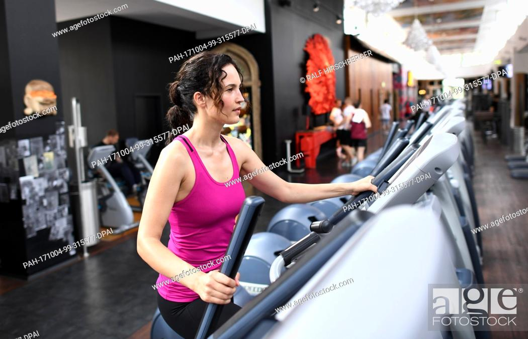 Stock Photo: Sports model Liza Grundig, photographed at a McFit fitness studio in Berlin, Germany, 30 May 2017. Photo: Ralf Hirschberger/dpa-Zentralbild/dpa.