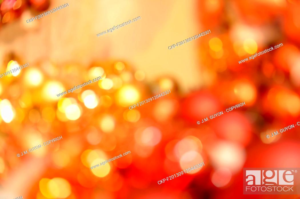 Imagen: Blurred red and gold Christmas balls background.