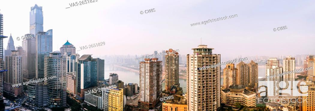 Imagen: Chongqing, China - The panorama of skyscrapers at Yuzhong Peninsula.