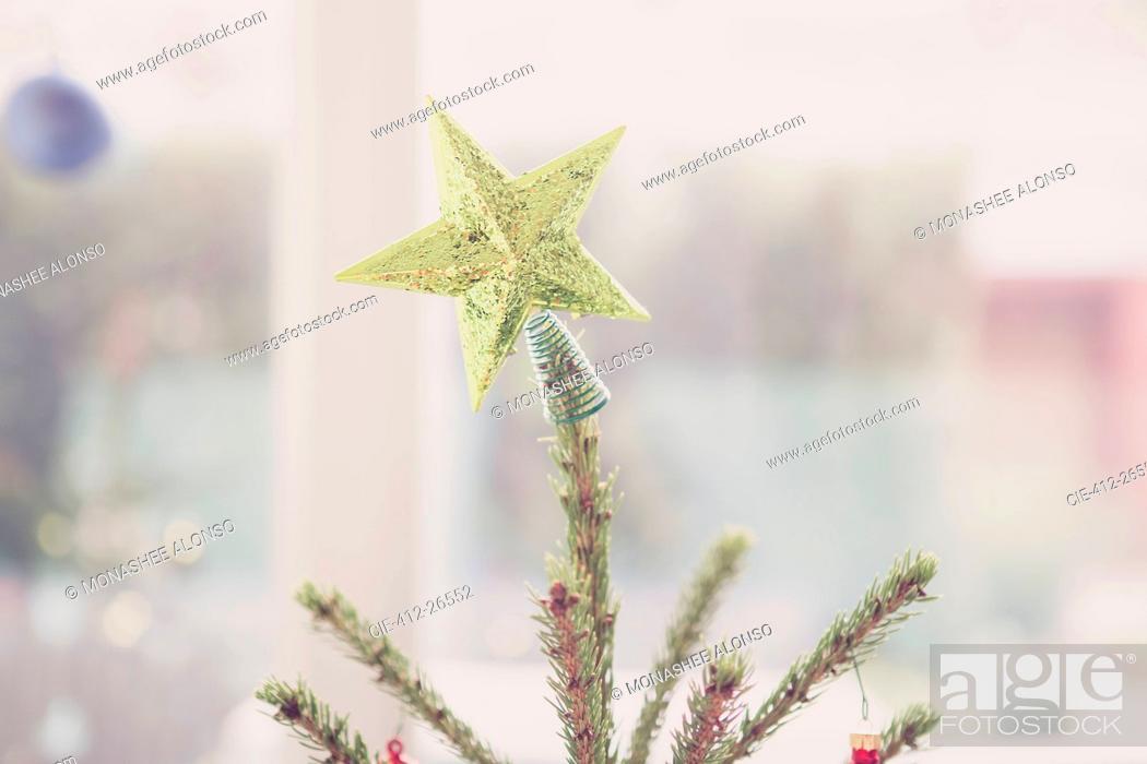 Imagen: Golden star Christmas tree topper.