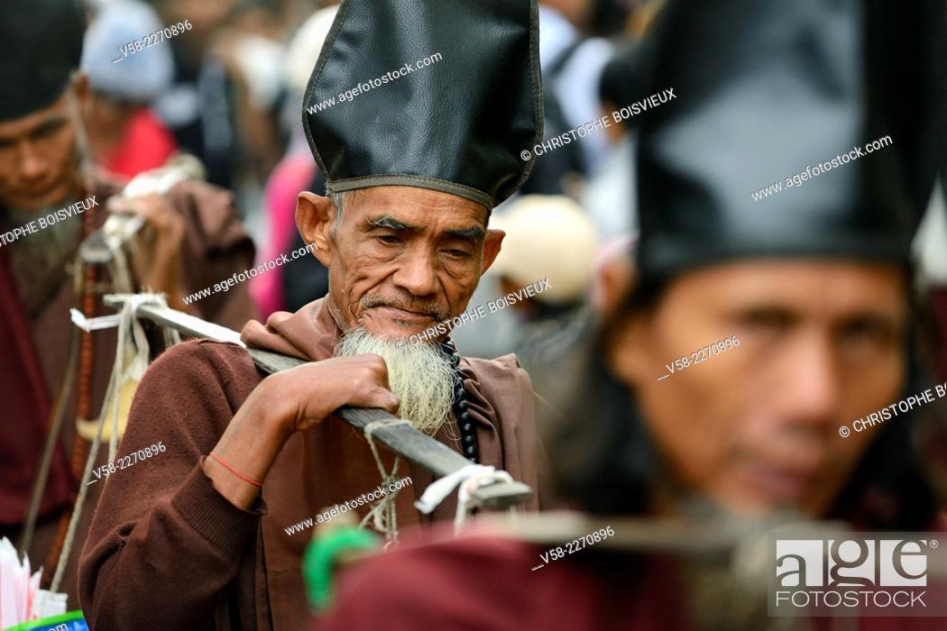 Stock Photo: Myanmar, Kyaiktiyo, Golden Rock surroundings, Buddhist hermits begging for alms.