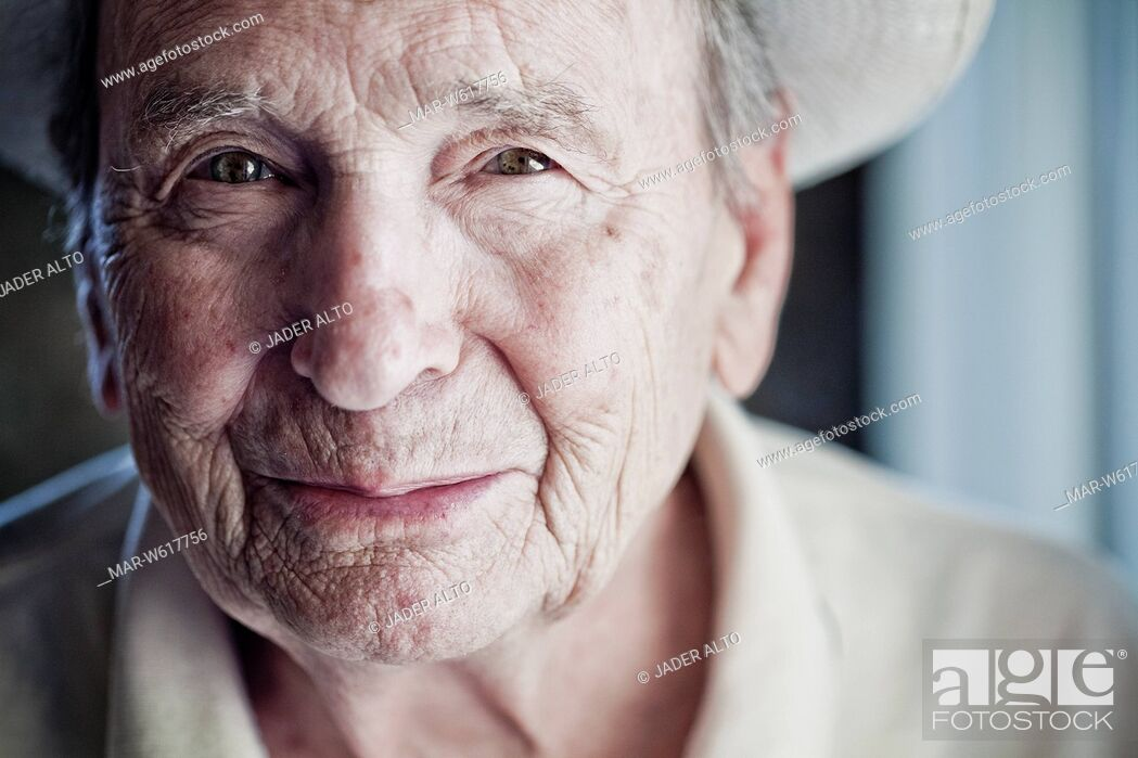 Stock Photo: ritratto in primo piano di un uomo anziano.