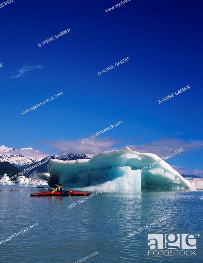 Imagen: Kayaker P.J. in awe of icebergs on Alsek Lake, Glacier Bay National Park & Preserve, Alaska.