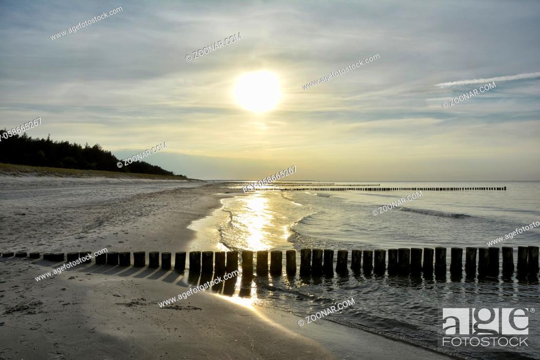 Stock Photo: Sonnenuntergang am Strand der Halbinsel Fischland-Darss-Zingst beim Ort Zingst.