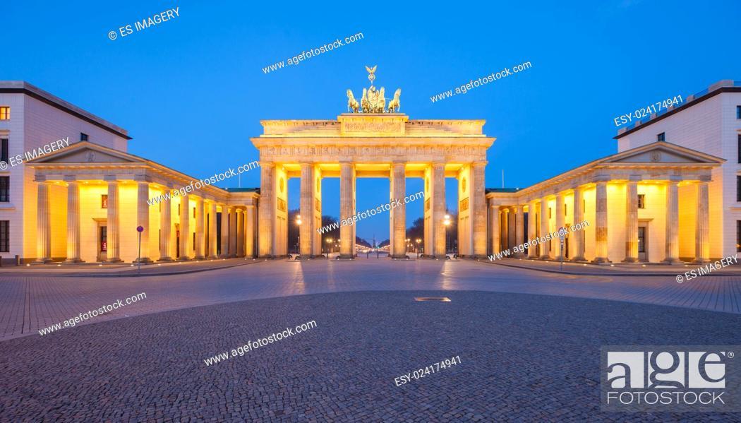 Stock Photo: Berlin's Brandenburg Gate (Brandenburger Tor) at dusk.