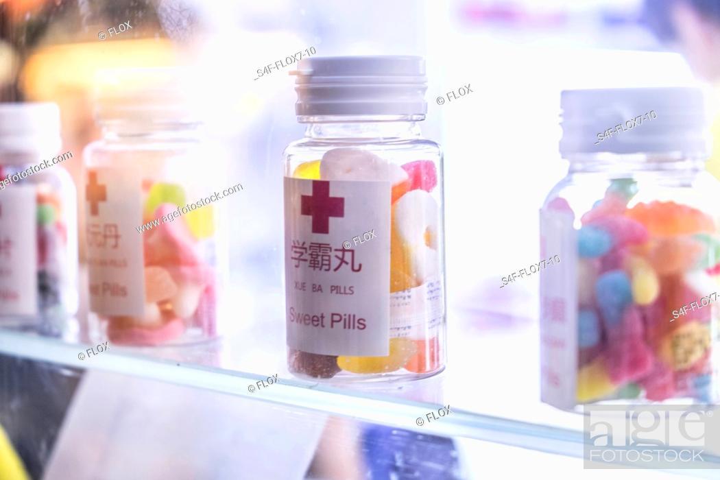 Stock Photo: China, Shanghai, Pillendosen mit Süßigkeiten.