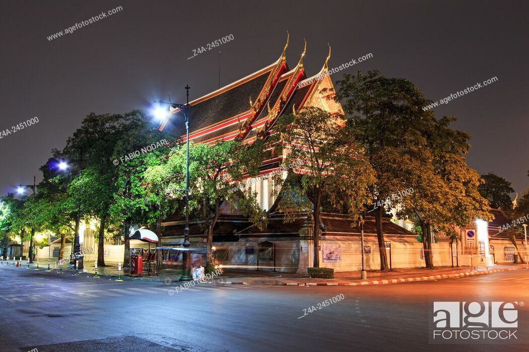 Imagen: Bangkok, Thailand - Wat Pho known also as the Temple of the Reclining Buddha at night.
