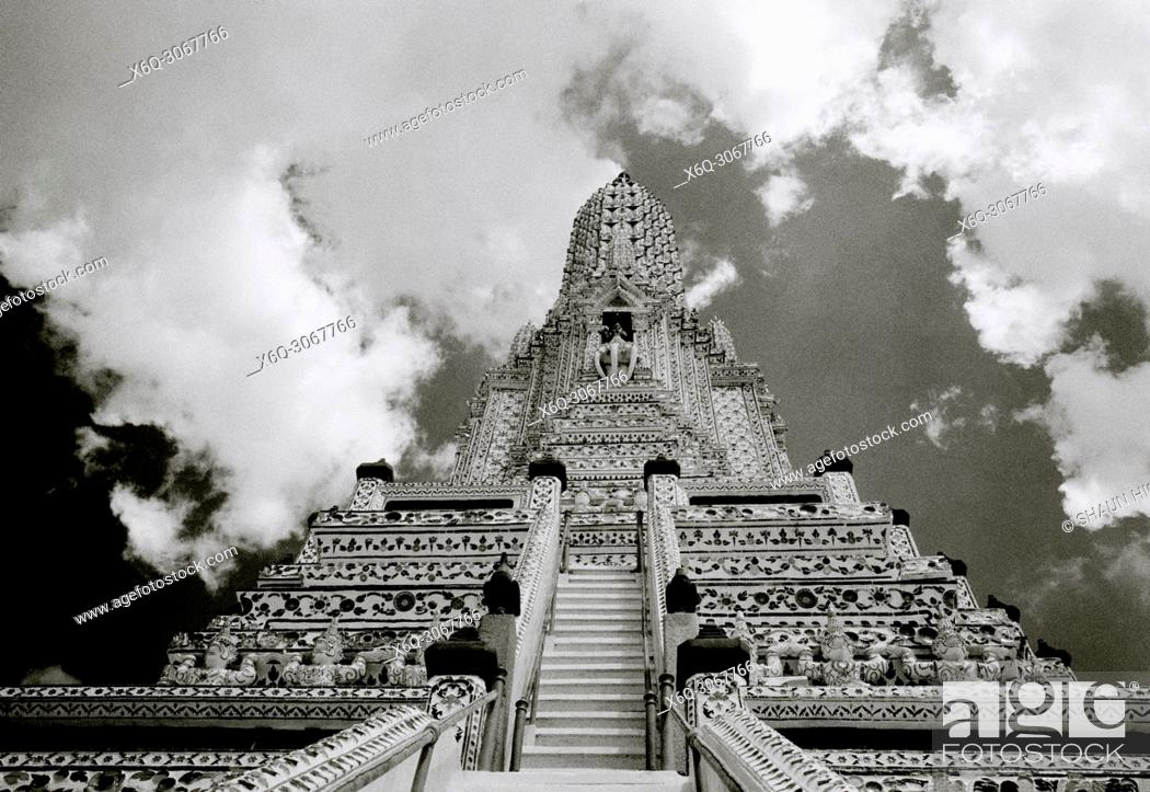 Imagen: Buddhist Temple of Dawn Wat Arun Temple in Bangkok Yai on the Thonburi side of the Chao Pharaya River in Bangkok in Thailand in Southeast Asia Far East.
