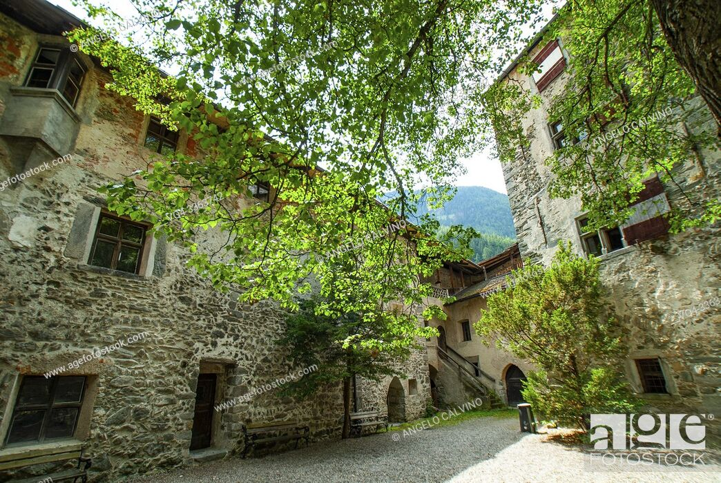 Imagen: Internal courtyard of Castle Tures, Sand in Taufers, Campo Tures, Tauferer Tal valley, Valli di Tures, Alto Adige, Italy, Europe.