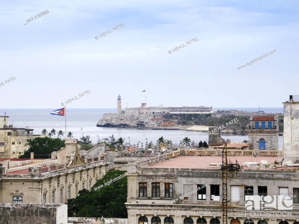 Imagen: View of the lighthouse (faro) of Castillio del Morro from the old town of Havana, Cuba.