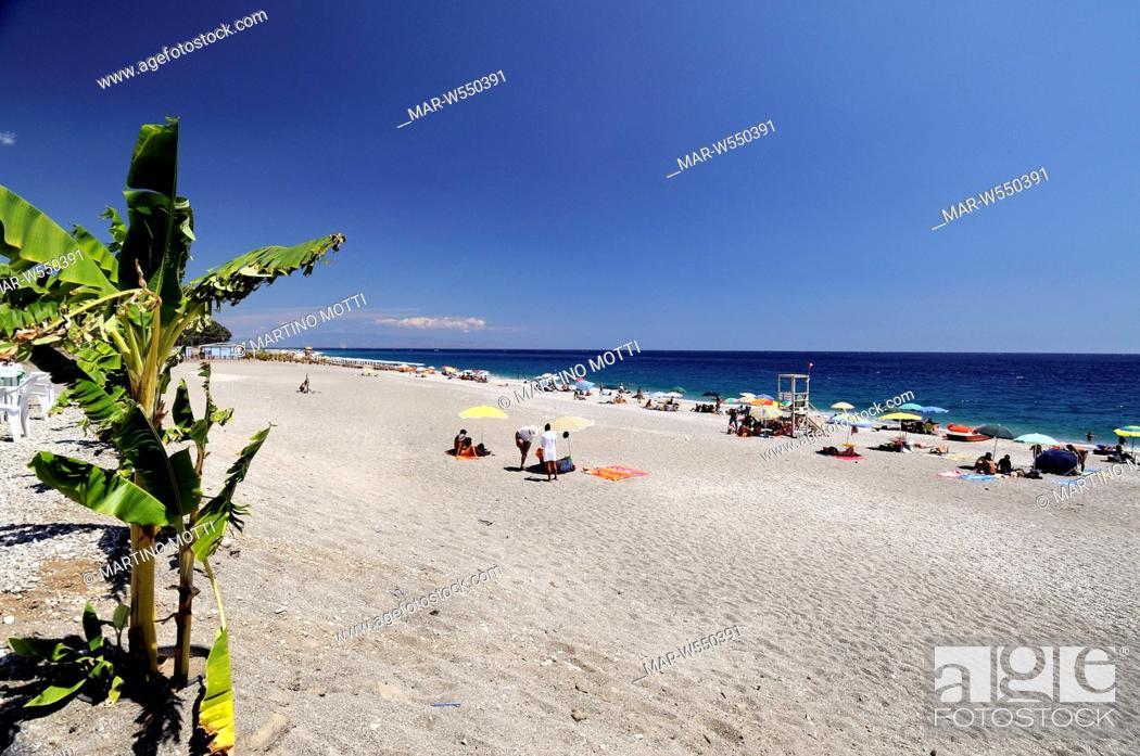 Giardini naxos italia giugno turisti sulla spiaggia di