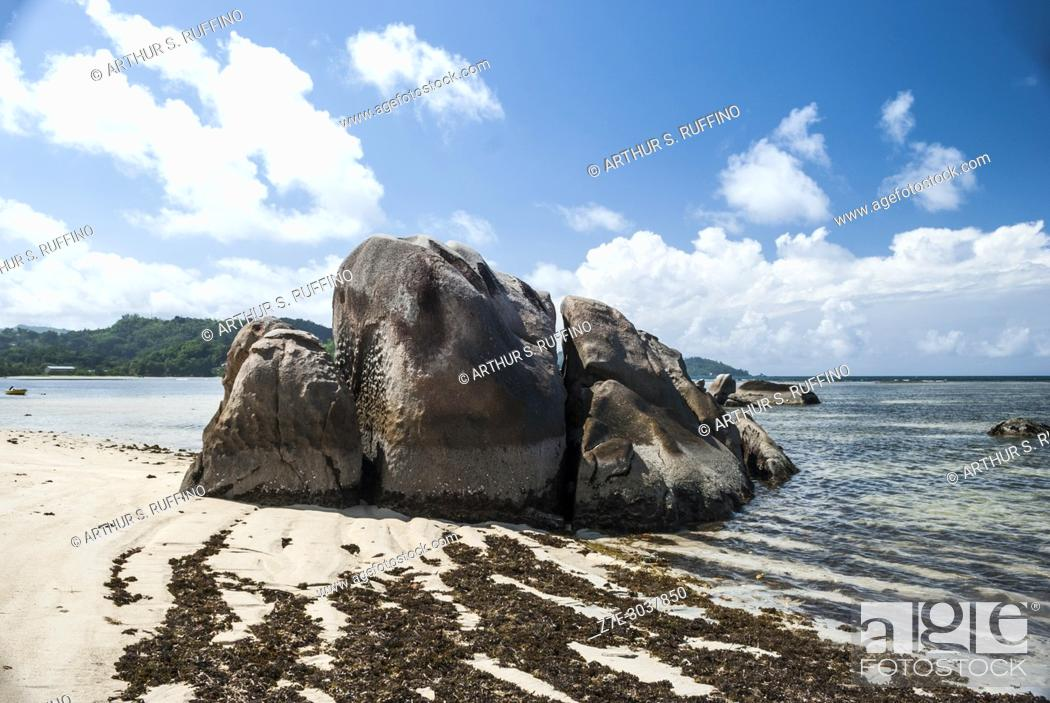 Imagen: Rock formations. Anse Boileau Beach, Mahé. Mahé is the largest island of Seychelles, an archipelago off the East Coast of Africa.