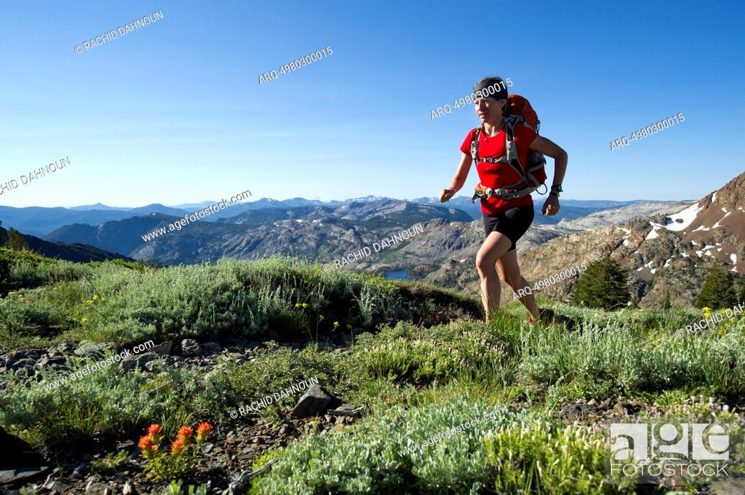 Imagen: A woman, endurance athlete, fastpacking on the Tahoe Rim Trail.
