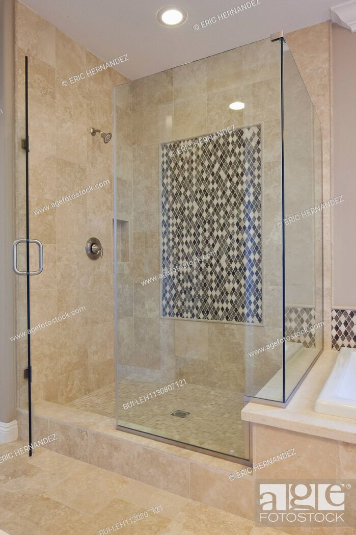 Imagen: Glass shower cubicle in domestic room; Valencia; California; USA.