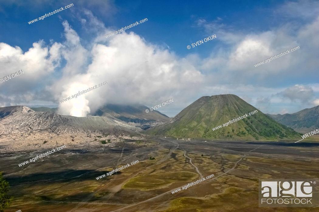 Imagen: Active crater of Mount Bromo left and Mount Batok right, Bromo Tengger Semeru National Park, Island of Java, Indonesia.