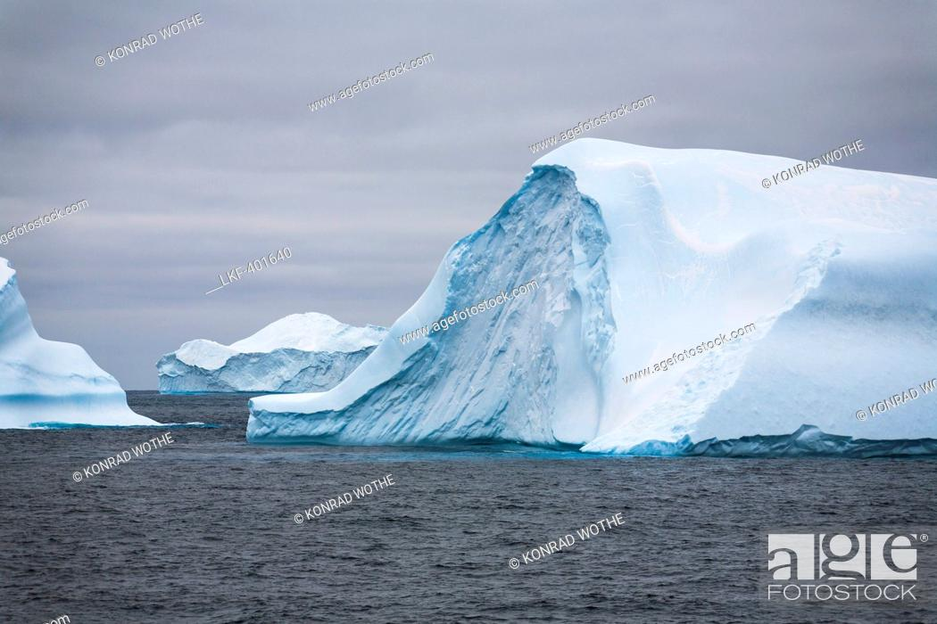 Imagen: Blue icebergs with Laurie Island, Washington Strait, South Orkneys, Southern Ocean, Antarctica.
