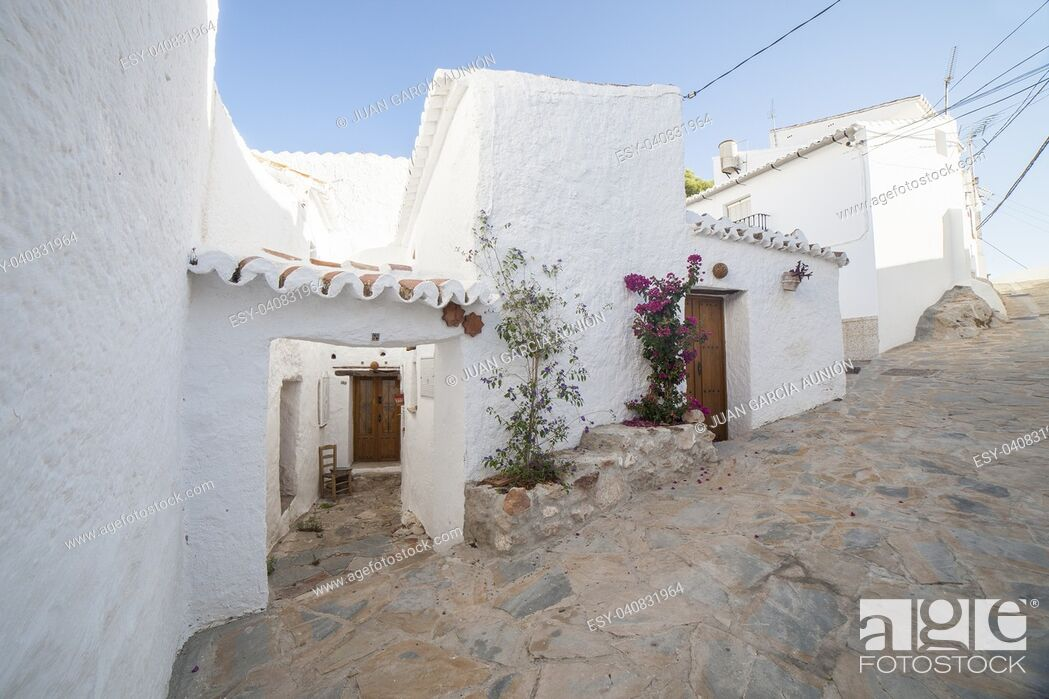 Imagen: Comares, white village up on the hill of Malaga mountains, Andalusia, Spain. Townhouses.