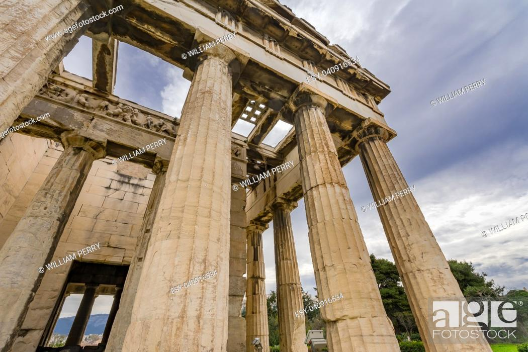 Imagen: Ancient Temple of Hephaestus Columns Agora Market Place Athens Greece. Agora founded 6th Century BC. Temple for God of craftsmanship, metal working from 449 BC.
