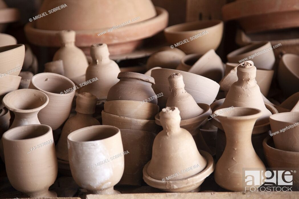 Imagen: Newly Turned Pottery Drying Before Entering Oven, Studio on Outskirts of Marrakech, Morocco.