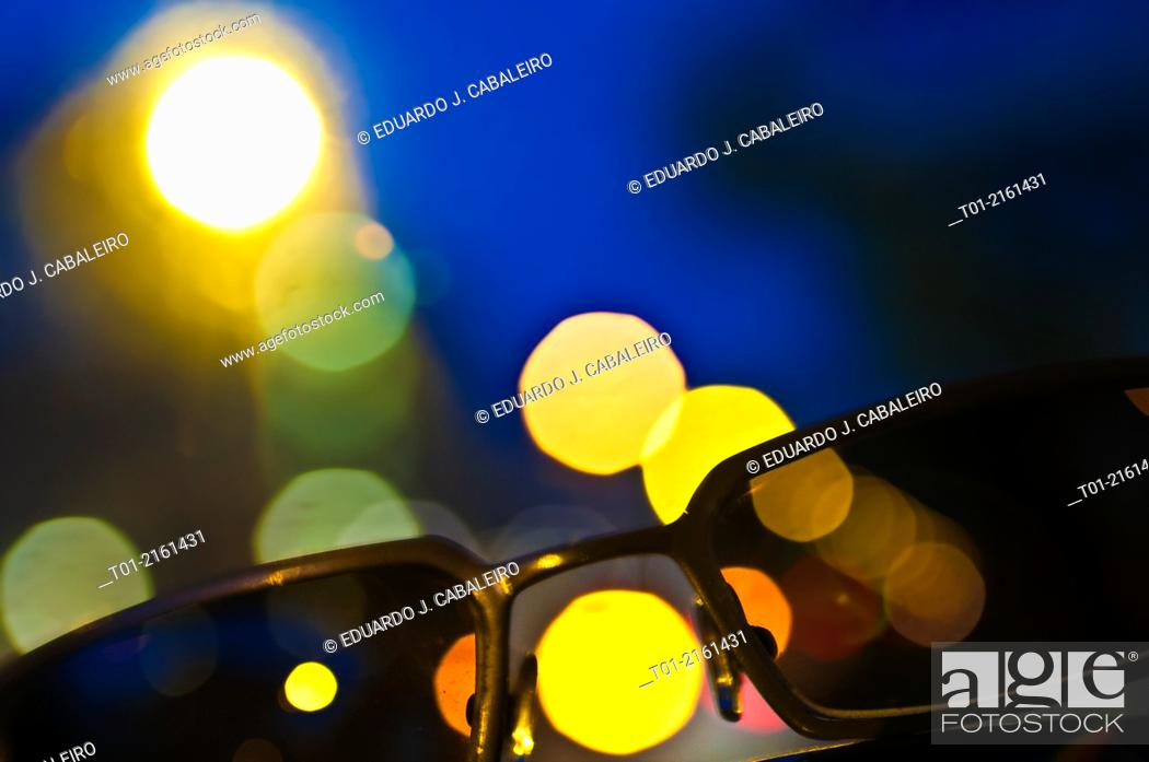 Imagen: sunglasses with city lights background.