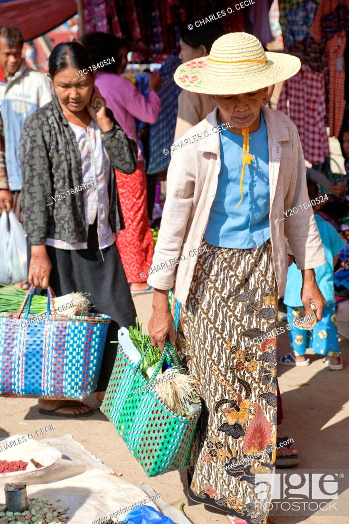 Imagen: Myanmar, Burma  Burmese Women Shopping in the 'Five-Day' Market, Inle Lake, Shan State.