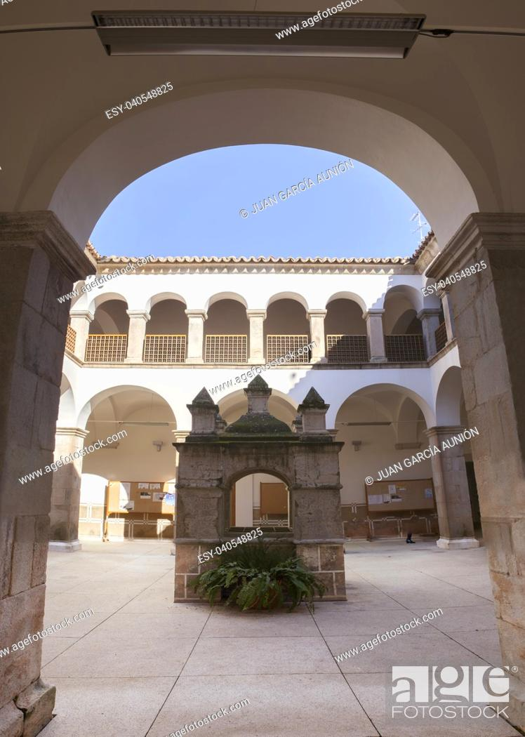 Imagen: Convent of San Antonio Courtyard, currently Town Cultural Centre of Almendralejo, Badajoz, Spain.