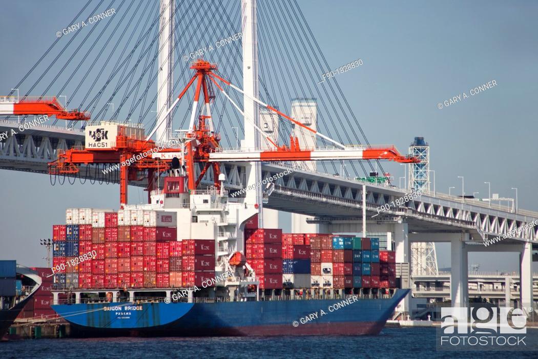 Imagen: Crane loads containers-bridge-port-Yokohama-Japan.