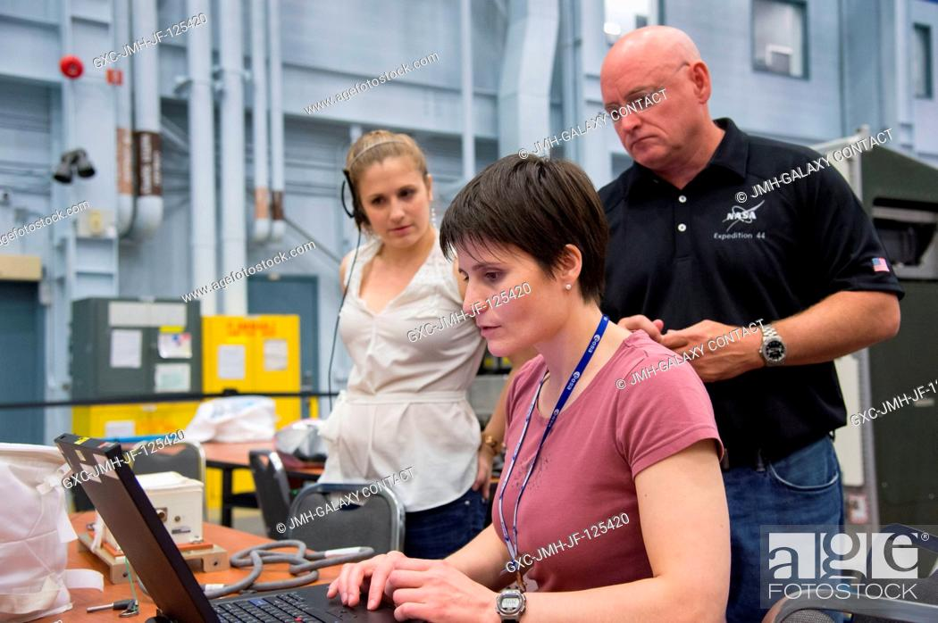 Imagen: European Space Agency astronaut Samantha Cristoforetti, Expedition 4243 flight engineer; and NASA astronaut Scott Kelly, Expedition 43 flight engineer.