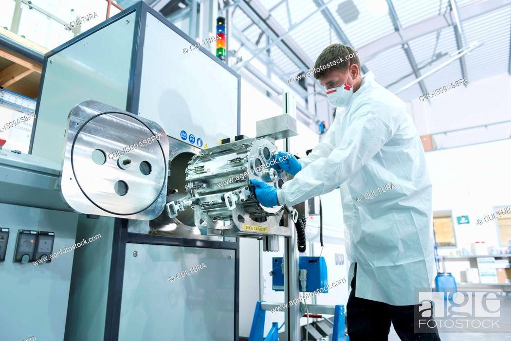 Imagen: Graphene nano material processing in graphene processing factory.