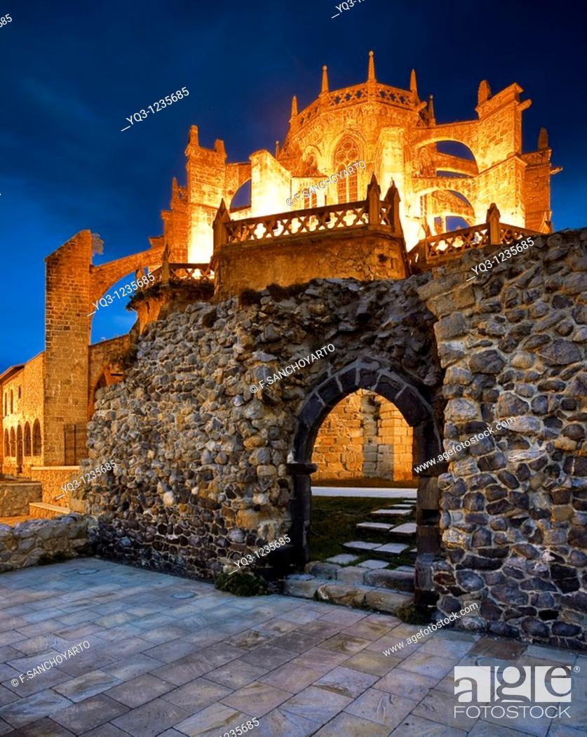 Stock Photo: Imagen nocturna de los restos de la ermita de San Pedro e iglesia de Santa María en Castro Urdiales, Cantabria.