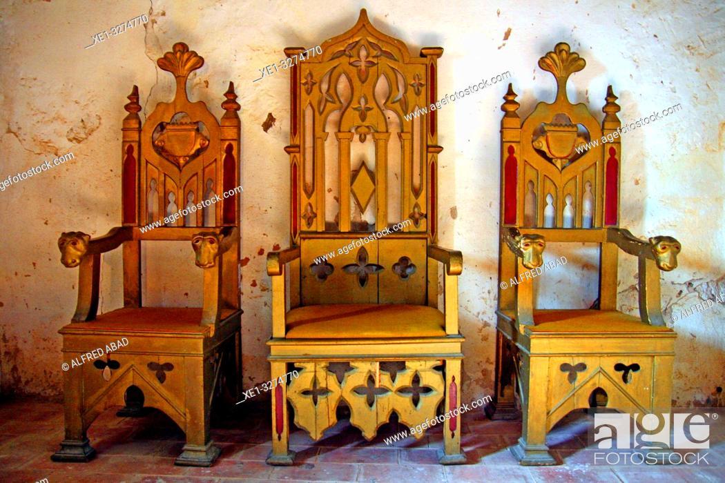 Imagen: wooden armchairs, Monastery of Sant Miquel de Fluvià, Girona, Catalonia, Spain.