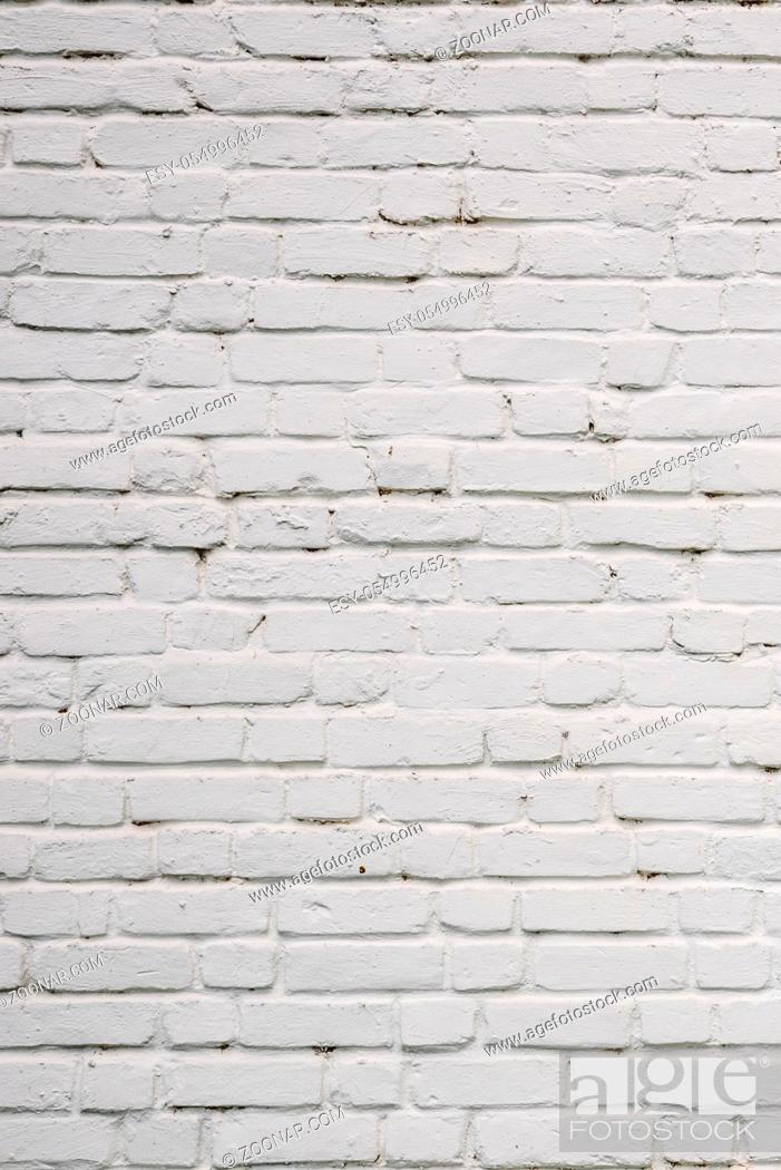 Imagen: Background or texture of White Chipped Brick Wall.