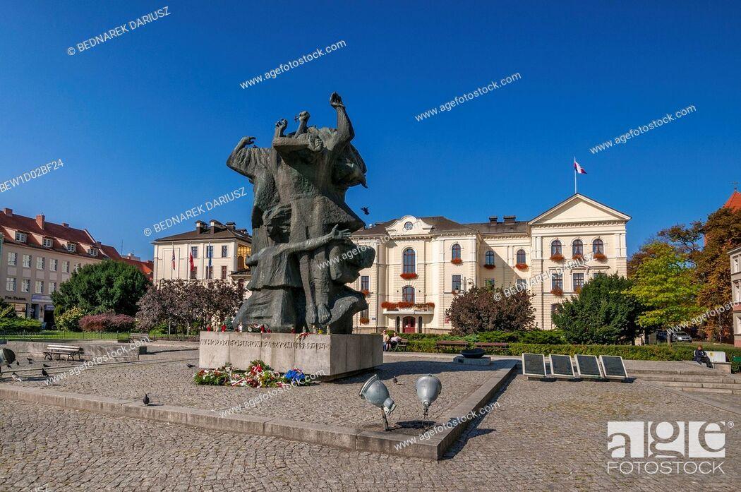 Imagen: Town Hall and Monument to the Fight and Martyrdom of the Bydgoszcz Land. Bydgoszcz, Kuyavian-Pomeranian Voivodeship, Poland.