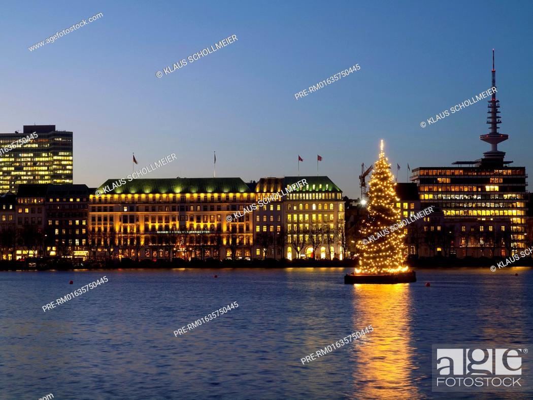 Stock Photo: Look over the Binnenalster to Neuen Jungfernstieg with Hotel Vier Jahreszeiten and the radio telecommunication tower and illuminated christmas tree, Hamburg.