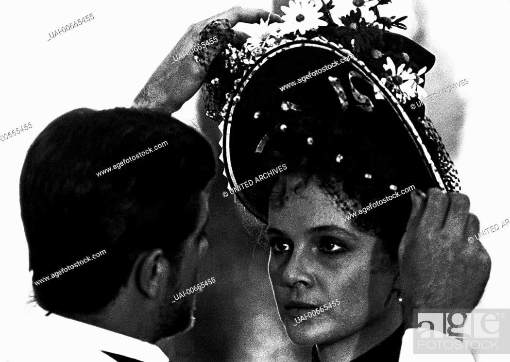 Stock Photo: LAURA ANTONELLI (Giuliana), GIANCARLO GIANNINI (Tullio) Film, Fernsehen, Drama, Literaturverfilmung, 70er, Paar Regie: Luchino Visconti aka.