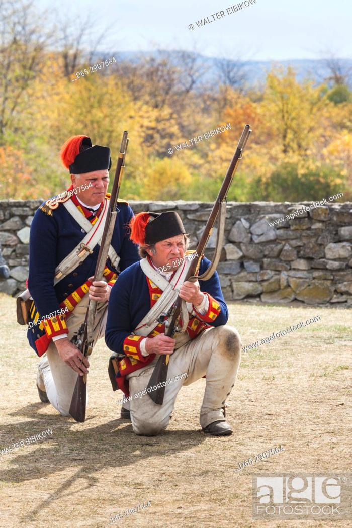 Imagen: USA, New York, Adirondack Mountains, Ticonderoga, Fort Ticonderoga, soldiers with muskets, NR.