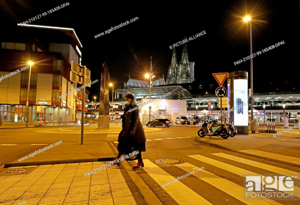 Imagen: 27 January 2021, North Rhine-Westphalia, Cologne: A woman walks across a crosswalk in the morning. Chancellor Merkel and the heads of state governments have.
