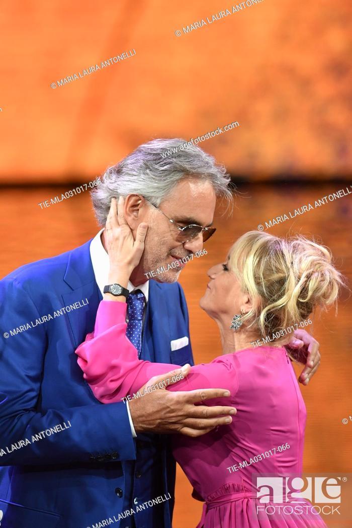 Imagen: The tenor Andrea Bocelli with the comic actress Luciana Littizzetto guest at tv show Che tempo che fa, Milan, ITALY-01-10-2017.