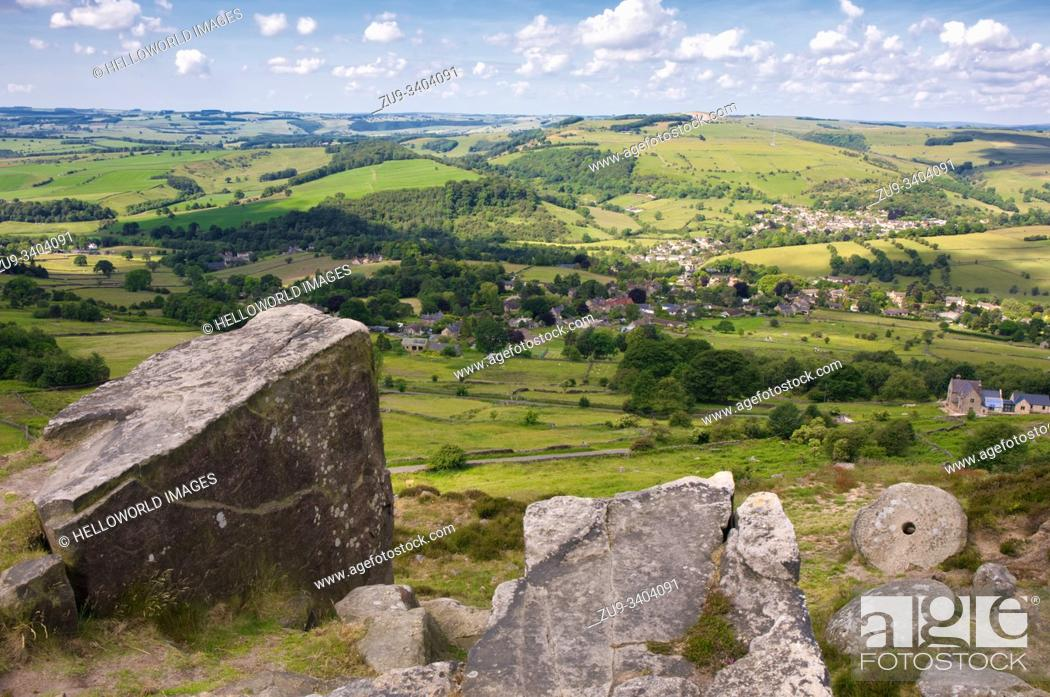 Imagen: Panoramic view from Curbar Edge escarpment and abandoned millstone, Peak District National Park, Derbyshire, England.