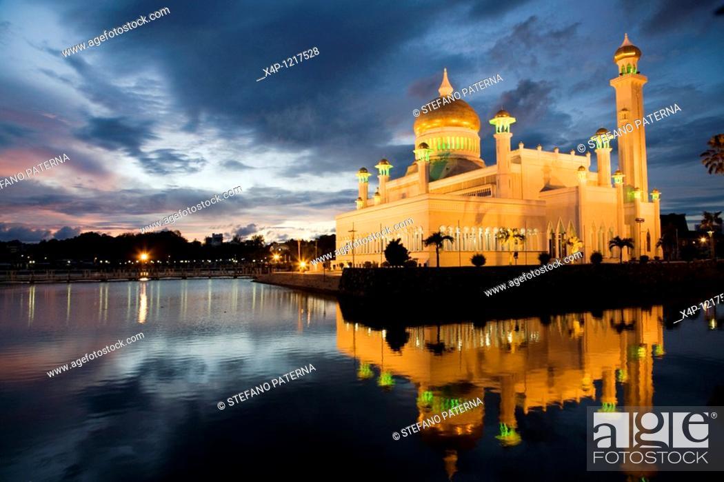 Stock Photo: Sultan Omar Ali Saifuddin Mosque, Brunei, Bandar Seri Begawan.