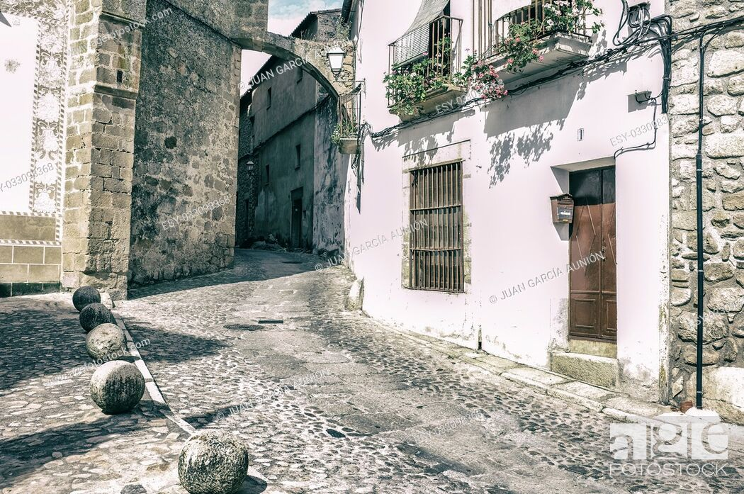 Imagen: Stone and whitewashed houses of Trujillo street, Extremadura, Spain. Vintage filtered.