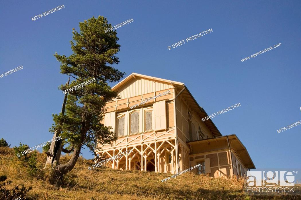 Imagen: View of mountain hut at Wetterstein, Schachen, Bavaria, Germany.